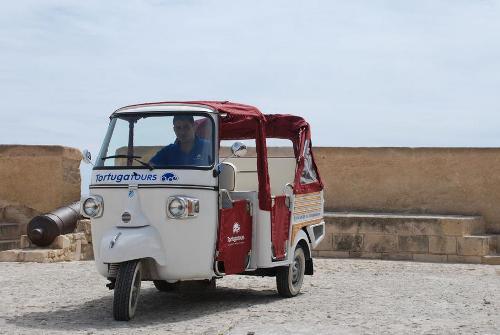 Descubre Alicante a bordo de un simpático Ape Calessino